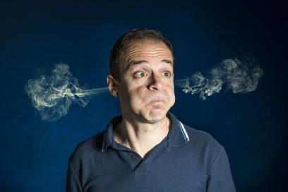Hombre echando humo por las orejas